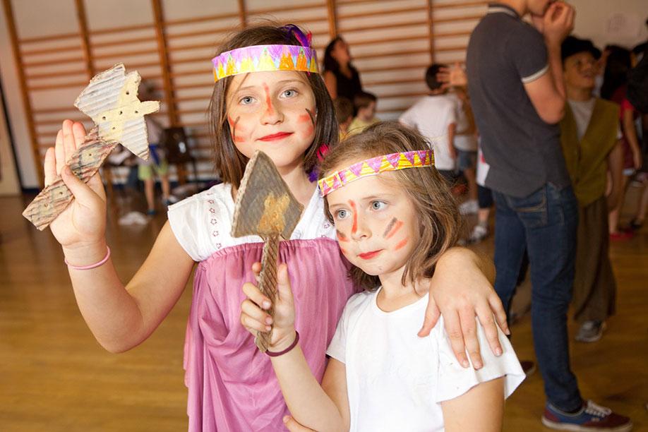 niñas disfrutando del campamento de verano en inglés en el teatro