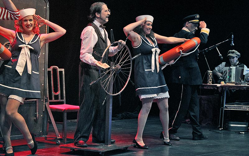 titanic-08-fish-and-ships-face2face-teatro-ingles.jpg